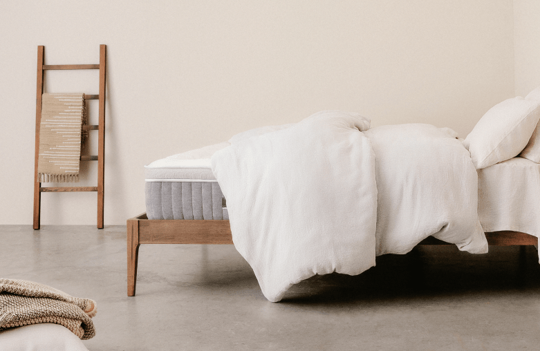 The Awara Organic Luxury Hybrid can be placed on a platform bed, an adjustable bed frame or a traditional fondation (box spring).